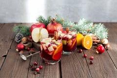 Sangria με τη Apple, το το βακκίνιο και το πορτοκάλι Στοκ Εικόνες