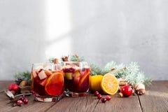 Sangria με τη Apple, το το βακκίνιο και το πορτοκάλι Στοκ εικόνα με δικαίωμα ελεύθερης χρήσης