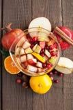 Sangria με τη Apple, το το βακκίνιο και το πορτοκάλι Στοκ Φωτογραφίες
