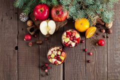 Sangria με τη Apple, το το βακκίνιο και το πορτοκάλι Στοκ Εικόνα