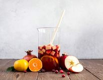 Sangria με τη Apple, το το βακκίνιο και το πορτοκάλι Στοκ Φωτογραφία