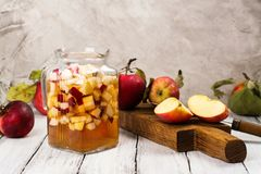 Sangria μηλίτη της Apple σε ένα βάζο γυαλιού στον ξύλινο πίνακα Στοκ φωτογραφία με δικαίωμα ελεύθερης χρήσης