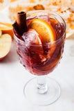 Sangria σε μια πορτοκαλιά κανέλα μήλων πάγου γυαλιού στο τοπ κρύο κρασί Στοκ εικόνα με δικαίωμα ελεύθερης χρήσης