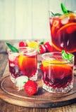 Sangria τα φρούτα που τονίζονται με στοκ εικόνα