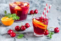 Sangria алкогольного напитка лета холодный с свежими фруктами и ягодами Стоковое Фото