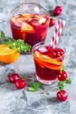 Sangria алкогольного напитка лета холодный с свежими фруктами и ягодами Стоковые Фото