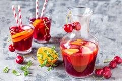 Sangria алкогольного напитка лета холодный с свежими фруктами и ягодами Стоковое фото RF