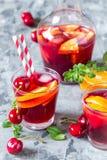 Sangria алкогольного напитка лета холодный с свежими фруктами и ягодами Стоковые Изображения RF