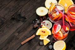 Sangria коктеиля лета с плодоовощ в корзине апельсины, лимоны, Стоковое Изображение