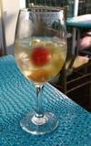 Sangria персика на таблице сини бирюзы Стоковые Изображения