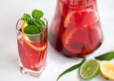 Sangria avec l'agrume dans un verre photographie stock