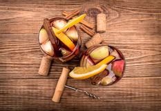 Sangria casalinga del vino rosso con le mele e le arance Fotografie Stock Libere da Diritti