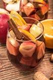 Sangria casalinga del vino rosso con le mele e le arance Fotografia Stock