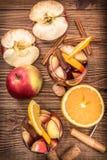 Sangria casalinga del vino rosso con le mele e le arance Fotografia Stock Libera da Diritti