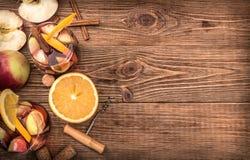 Sangria casalinga del vino rosso con le mele e le arance Immagine Stock