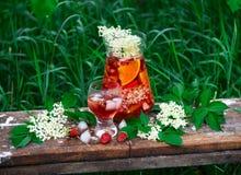 Sangria de fleur de sureau, de fraise et de vin rosé Photos stock