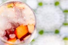 Sangria de refrescamento do cocktail do verão com bolhas e névoa do gelo seco foto de stock royalty free