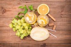 Sangria del vino bianco con il melone e l'arancia Fotografia Stock