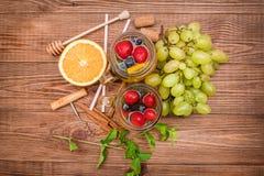 Sangria del vino bianco con le bacche fresche Fotografia Stock Libera da Diritti