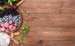 Sangria del vino rosso con le bacche fresche Fotografie Stock Libere da Diritti