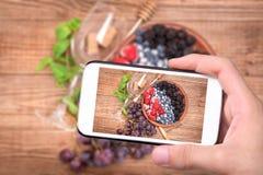 Sangria del vino rosso con le bacche fresche Fotografia Stock Libera da Diritti