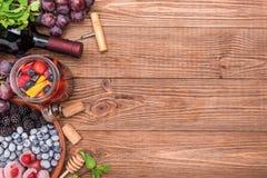 Sangria del vino rosso con le bacche fresche Immagine Stock