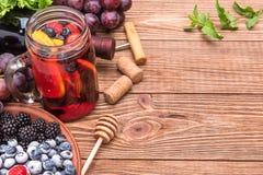 Sangria del vino rosso con le bacche fresche Immagini Stock