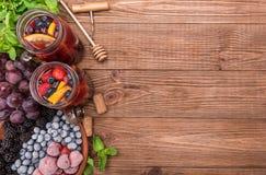 Sangria del vino rosso con le bacche fresche Immagini Stock Libere da Diritti