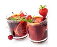 Sangria di rinfresco della frutta in due vetri Fotografie Stock