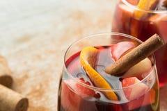 Sangria espanhola com vinho tinto e frutos Fotografia de Stock Royalty Free