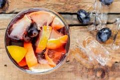 Sangria med is, druvor och citronen Royaltyfria Bilder