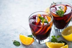 Sangria met fruitmunt en ijs Royalty-vrije Stock Fotografie