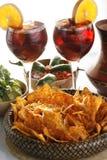 Sangria, microplaquetas de tortilla e toupeira Imagem de Stock Royalty Free