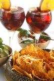 Sangria, microplaquetas de tortilla e toupeira Foto de Stock Royalty Free