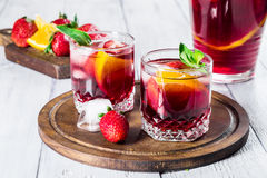 Sangria mit Erdbeeren und Orangen Lizenzfreies Stockbild