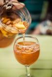 Sangria napój nalewał w szkło Obraz Royalty Free