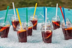 Sangria in tazze di plastica con le paglie in ghiaccio Fotografia Stock Libera da Diritti