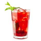 Sangriaexponeringsglas Vindrink med is och frukt fotografering för bildbyråer