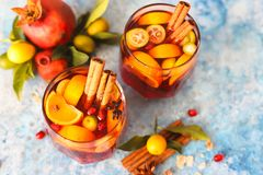 Sangriagranaatappel, peer, sinaasappel, kumquat en kruiden, kaneel, kruidnagels, steranijsplant stock foto's