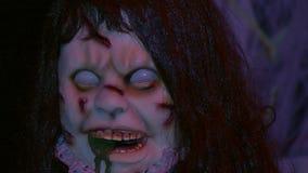 Sangue assustador do fantoche na cara vídeos de arquivo