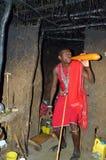 Sangue bevente del villaggio masai dentro una casa Fotografia Stock Libera da Diritti
