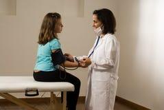Sangue de menina do doutor verificações Pressão-Horizontal Imagens de Stock