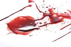 Sangue della sgocciolatura isolato su bianco fotografie stock libere da diritti