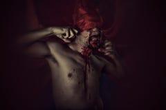 Sangue, vampiro spaventoso e maschio con il cappotto rosso enorme e sangue Fotografie Stock