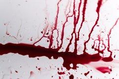 Sangue vibrante Splat na porcelana branca do banho fotografia de stock