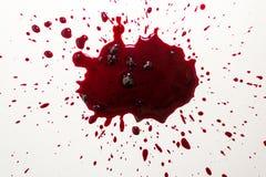Sangue vibrante Splat na porcelana branca do banho fotos de stock
