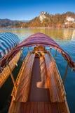 Sanguinato, la Slovenia - la barca slovena tradizionale di pleatna nel lago ha sanguinato il jezero di Blejsko Immagini Stock