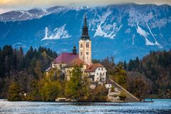 Sanguinato, la Slovenia - la bella alba di autunno nel lago ha sanguinato Immagini Stock