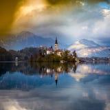 Sanguinato, la Slovenia - la bella alba di autunno nel lago ha sanguinato con theBled, la Slovenia - bella alba di autunno nel la Fotografia Stock