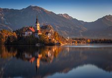 Sanguinato, la Slovenia - la bella alba di autunno nel lago ha sanguinato con theBled, la Slovenia - bella alba di autunno nel la Immagini Stock
